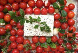 Tomate cereja assado com queijo e azeite de oliva