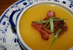 Sopa de mandioquinha com bacon e laranja