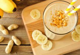 Vitaminas de banana e pasta de amendoim e de banana e cacau