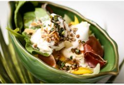 Salada de folhas verdes com sorvete